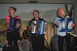 Stéphanie Rodriguez avec les accordéonistes Gilou et Jean Pierre Germain
