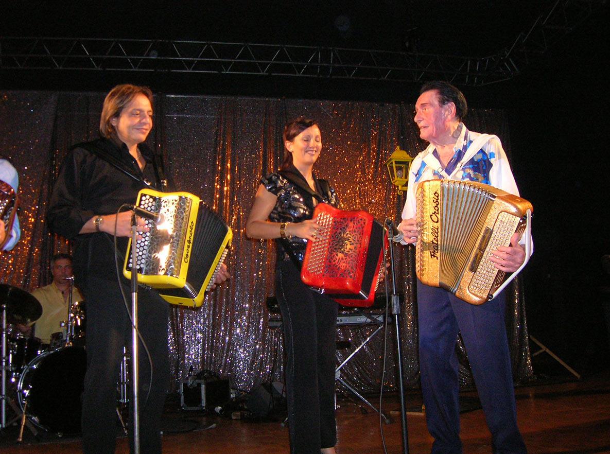Stéphanie Rodriguez sur scène avec André Verchuren et Alain Musichini
